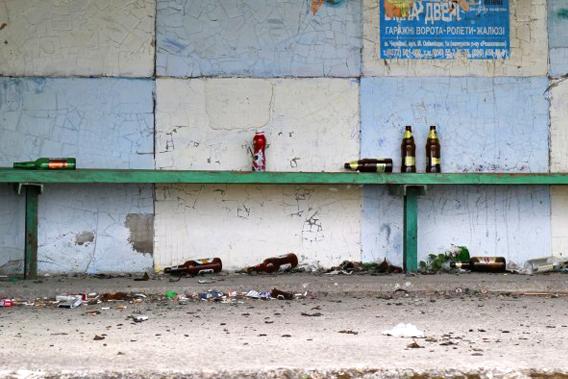 乌克兰人爱喝酒,在路上,车站都会看到喝酒的人