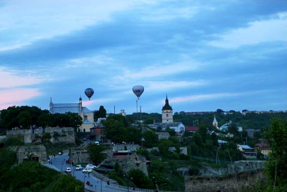 城堡上空飘着的氢气球(旅游项目)